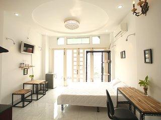 P5B. D2- Clean, quiet studio with large bancony, Dist.1