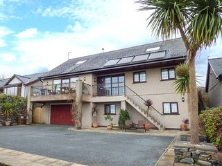 CAE CERRIG, detached, en-suite facilities, WiFi, balcony, patio with hot tub, Dyffryn Ardudwy, Ref 6333