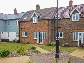 61 THE PARADE, mid-terrace, on-site facilities, pet-friendly, Filey, Ref 945219