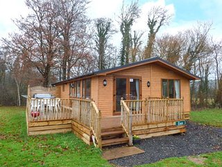 ESSEX LODGE, detached, hot tub, pet-friendly, shared grassed areas, in Kiplin, R