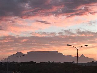 Table Mountain and Sea View Apartment in Waves Edge, Bloubergstrand