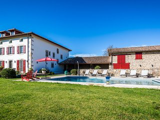 Fabulous Renovated Basque Villa - 6 Bedrooms & Heated Pool, Ascain