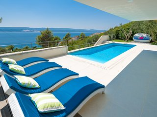 DesignerVilla with 4 Bedrooms and private Pool + Spa - very close to the beach