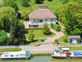 Villa Castel Danynou Canal side property on the Canal du Nivernais