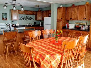 Private Dream Cottage with Hot Tub, Family Friendly Neighborhood for Outdoor Fun, Waynesville