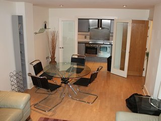 AWARD WINNING COMPLEX - 2 BEDROOM RIVERSIDE APARTMENT - THAMES RIVER - LONDON
