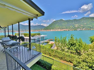 Amazing Lake View Villa With Garden, wide terrace, big living room neat Salo