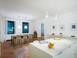 Luxury Central Apartment next to the Town Hall - 2-bedroom & 2-bathroom, Ljubljana