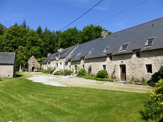 5 stone cottages with large heated pool set in 30 acres, Guémené-sur-Scorff