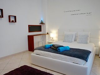 LARGE STUDIO 34sqm, modern, separate kitchen, 2 beds, wifi, city center of Nice, Niza