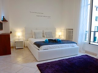 LARGE STUDIO 34sqm, modern, separate kitchen, 2 beds, wifi, city center of Nice