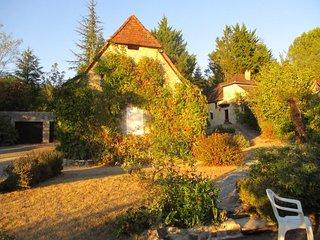 Gites de luxe 'Coeur de Lot' calme total, piscine, bois prive nature et vue