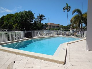 Lovely Naples Condo -2 Bed, 2 Bath, Heated Pool, on Canal, Walk to 5th Ave