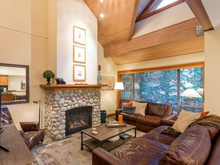 Alpine Chic 3 Bedroom/Den Townhome w/ private hot tub, close to village and mtn