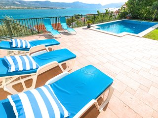Spacious 5 Bedroom Holiday Home near Trogir