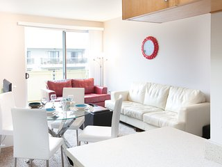 2-Bedroom Santa Monica Apartment Lic410