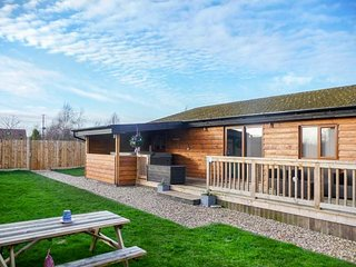KINGFISHER LODGE, all ground floor, detached, hot tub, WiFi, pet-friendly, Brandesburton