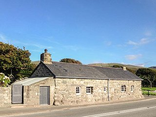 HWYLFA'R GROES, detached, woodburners, pet-friendly, WiFi, nr Barmouth, Ref