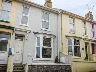 TEACUP COTTAGE, terraced, near the harbour, WiFi in Brixham, Ref 947410