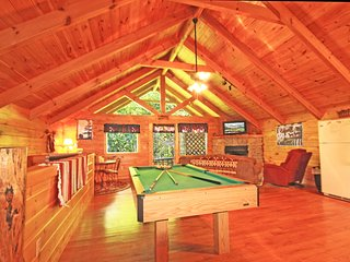 Romantic and Private Getaway Honeymoon Cabin, Gatlinburg