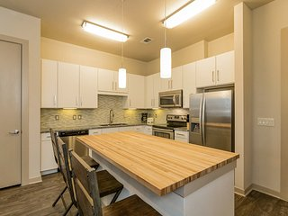 Modern Luxury at Uptown! Large 2/2 w/ Full Amenities! Walk Everywhere! 3UP2CEA, Austin