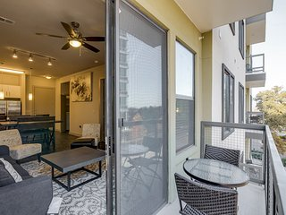 Walk to Downtown! Large 2/2 w/ Full Amenities- BOOK NOW! 3UP2DGG, Austin