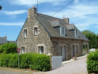 Pretty 4 Bedroom Stone Cottage near Beaches and Lively Town, Pléneuf-Val-André