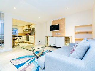 Spacious and Modern 5 Bedroom Baker Street Apartment
