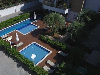 Otimo apto dois quartos completo com ar condicionado, piscina e proximo a praia