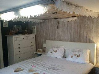 Kamer met aparte ingang en badkamer