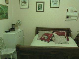 Chambre cosy, equipée d'une douche et lavabo dans une maison meublée