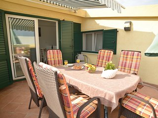 Apartment Yellow House-Three Bedroom Apartment with Terrace and Sea View