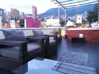 7 BR/2 Jacuzzi Private Apartment-Parque Lleras