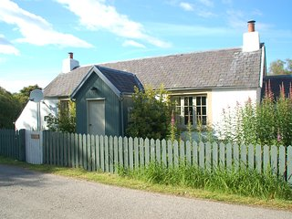 Brachkashie is a beautiful cottage which sits on the shore of Loch Knockie.