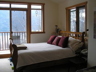 Hillhouse Vacation Rental - Scenic Luxury and Convenience