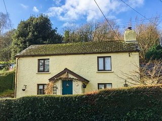 SPRING COTTAGE, woodburner, short walk to shop and pub, close to coast, Berrynarbor, Ref 935172