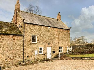 EAST FARMHOUSE COTTAGE, multi-fuel stove, lawned garden, WiFi, in Humshaugh, Ref