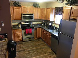 4 Bedroom fits 2 families Walk to Slopes, Tannersville