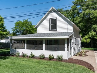 Farmhouse Cottage - Charming and only 1 mile to South Beach!