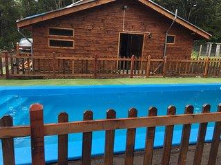Hermosa Casa a 2.8 km de Pucon, Piscina privada y Quincho para 10 personas.