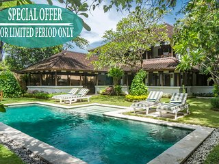 Om. 2 bed colonial villa, feature gardens and pool, near beach central Seminyak