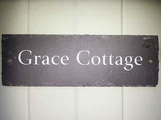 GRACE COTTAGE, woodburner, TV with Sky, WiFi, lawned garden, parking, in Bruton, Ref 949229