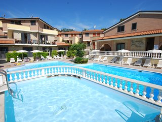 Trilo for up to 6 people with shared pool