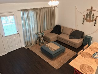 Cozy & Quiet 2BR, 2Bath, Sleeps 6 and a 3 minute walk to Main Beach Area, Port Aransas