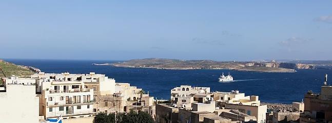 Prachtig uitzicht op zee van het Gozo kanaal en het eiland Comino