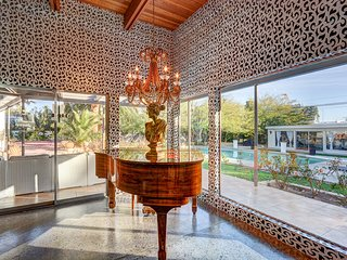 GLAMOUR ,CHIC  EXCUTIVE ESTATE STAY AT iACTOR NICOLAS CAGE FORMER ESTATE