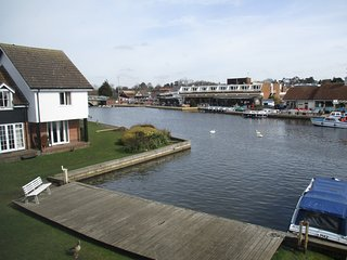 Bright Water, quiet riverside holiday cottage in prime location in Wroxham.