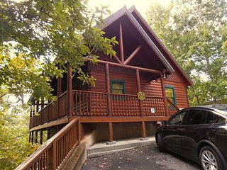 Luxury Cabin 5br/3.5ba- Theater & Game room,Hot tub,Wifi, Pool, 1.5 m from Prky, Gatlinburg