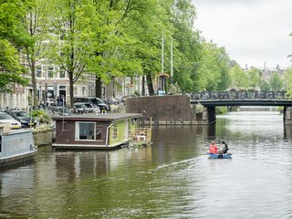 Romantic Oud West Canal Houseboat 2BR 80m2, Amsterdam