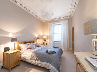 Beautiful Main Door Flat in Stockbridge, comfortably sleeps 6 guests., Edinburgh